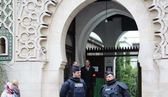 Fransa'da bir caminin kapısına kilit vuruldu