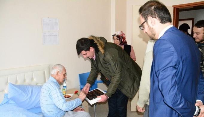 Giresun'un Şebinkarahisar ilçesinde üniversiteli öğrenciler, bakım merkezindeki yaşlıları ziyaret etti