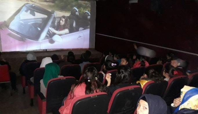 Öğrenciler sinemada bir araya geliyor