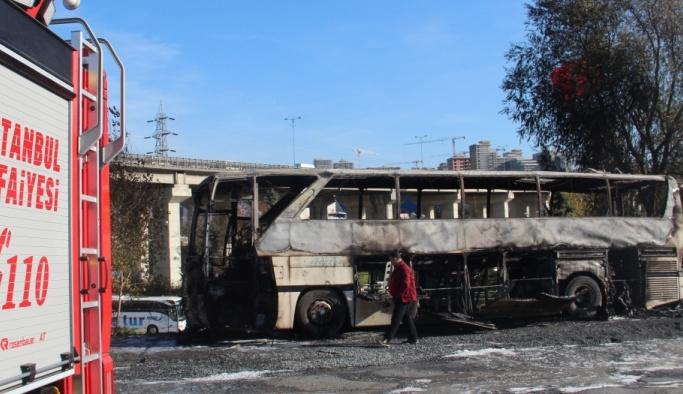 Park halindeki yolcu otobüsü yandı