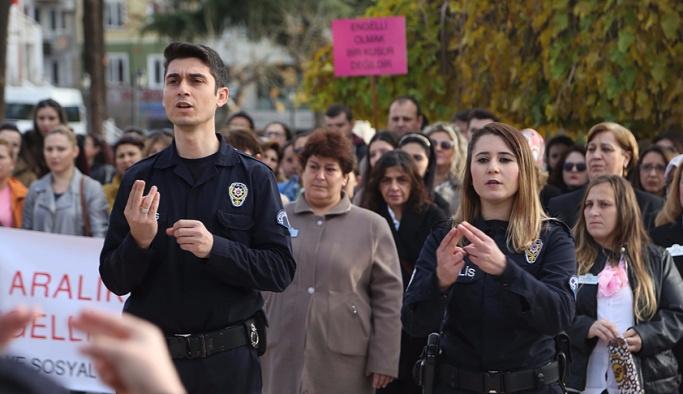 Polisten engellilere 'işaret dili' jesti