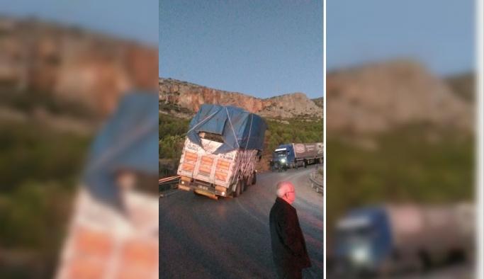 Sebze yüklü kamyon devrilmekten son anda kurtuldu