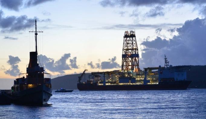 Türkiye'nin ilk sondaj gemisi Çanakkale Boğazı'ndan geçti