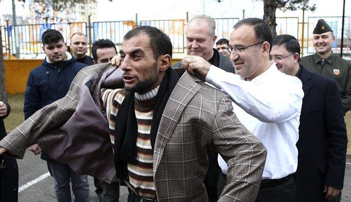 Başbakan Yardımcısı Bozdağ ceketini vatandaşa verdi