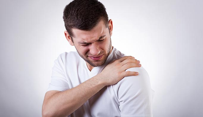 Çalışanlar dikkat! Geçmeyen omuz ağrılarını hafife almayın