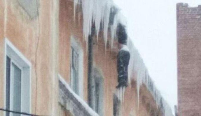 Sibirya'da binanın çatısında donarak öldü