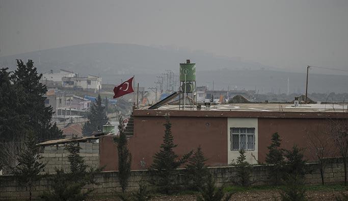 Sınırda hareketlilik, evler Türk bayraklarıyla donatıldı