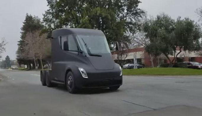 Tesla`nın elektrikli kamyonu Semi yolda