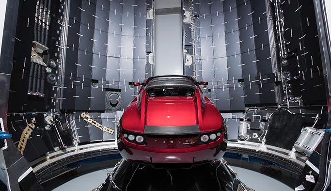 Elon Musk'ın Tesla'sı uzayda kayboldu