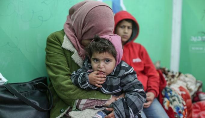 Gazze'deki evsiz aileler kışı çadırda geçirmeye çalışıyor
