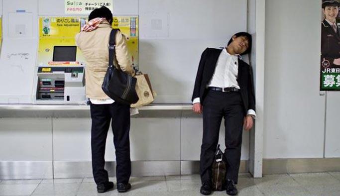 İnsanların ayakta uyuduğu, çalışmaktan öldüğü ülke