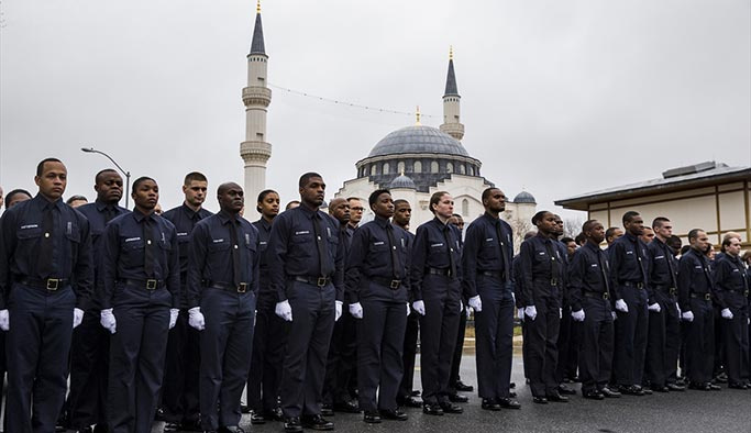 Müslüman polis komşusu tarafından öldürüldü