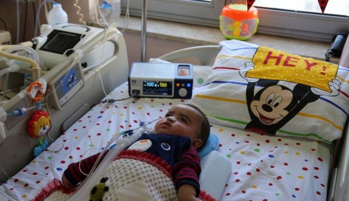Solunum cihazıyla hayata bağlanan çocuğa doğum günü