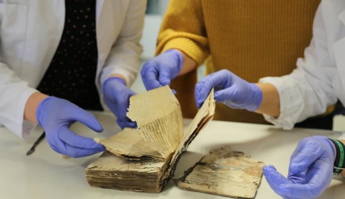 """Tarihi eserler, """"kitap restoratörlerinin"""" elinde hayat buluyor"""