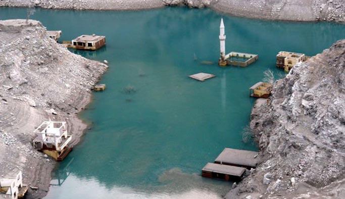 Türkiye'nin en yüksek barajının suyu çekildi, altından köy çıktı