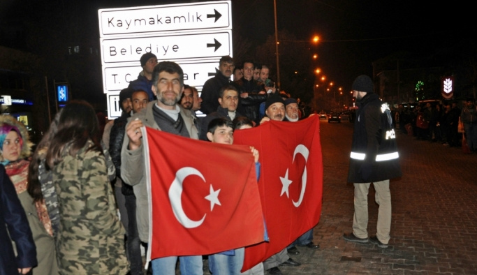 Afrin'e hareket eden konvoya sevgi gösterileri