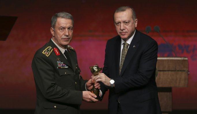 Akar'ın 'Vefa Ödülü'nü Erdoğan verdi