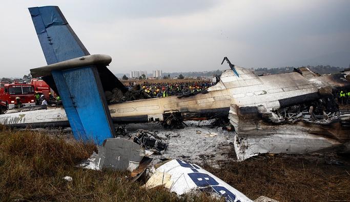 Bangladeş'e ait yolcu uçağı düştü