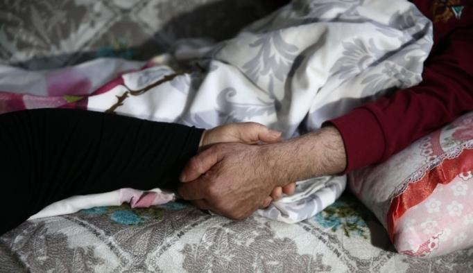 Böbrek hastası eşine engeline rağmen derman oluyor
