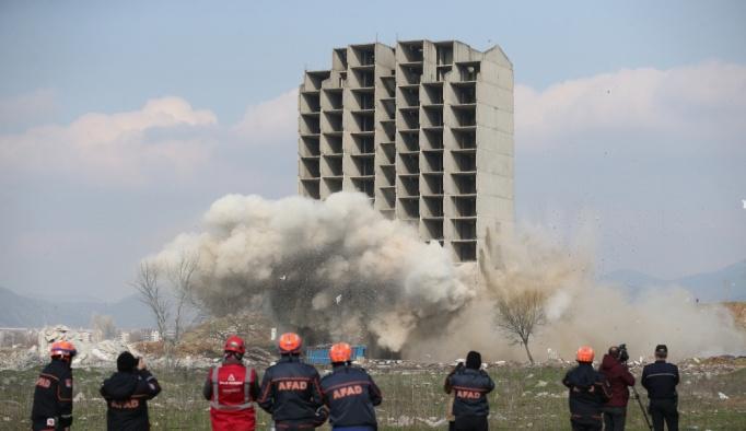 İki kez patlattılar, sonuç: Bina hala ayakta
