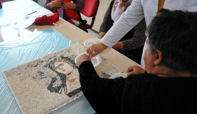 Engelliler mozaikle yaşamlarını renklendiriyor
