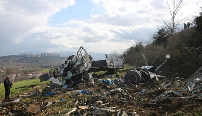 Freni boşalan kamyon tarlaya devrildi: 3 yaralı
