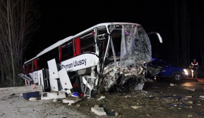 GÜNCELLEME - Yolcu otobüsü önce ağaçlara sonra istinat duvarına çarptı