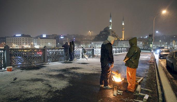 Baharın ilk gününde İstanbul'a kar yağdı