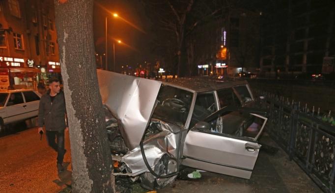 Kastamonu'da otomobil ağaca çarptı: 3 yaralı