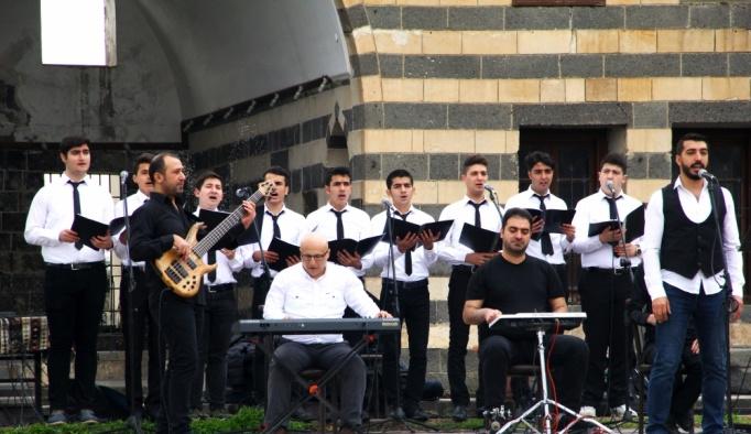 Kaymakam Diyarbakırlı gençler için marş yazdı