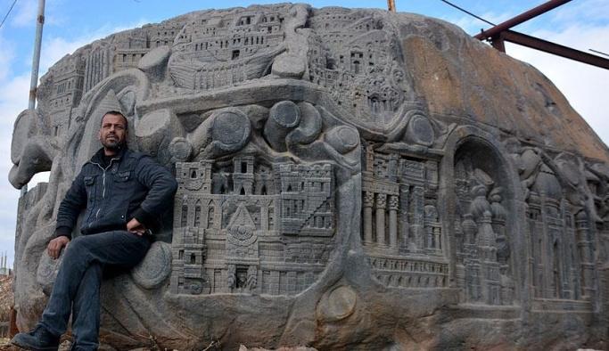 Savaşın yok ettiği eserleri 117 tonluk kayaya işledi