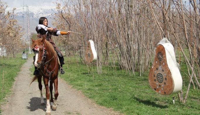 At sırtında okçuluk şampiyonasına hazırlanıyorlar
