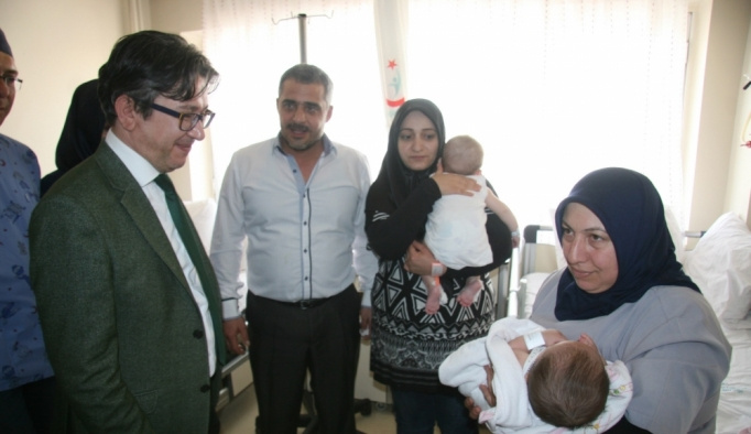 Ekonomi Bakanı Zeybekci'den Suriyeli üçüzlere yardım