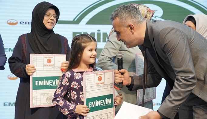 Eminevim Bursa'da 100 aileye tapularını dağıttı