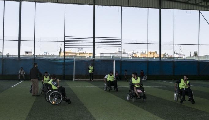 Engelli kalan Suriyeliler, futbol ile moral buluyor