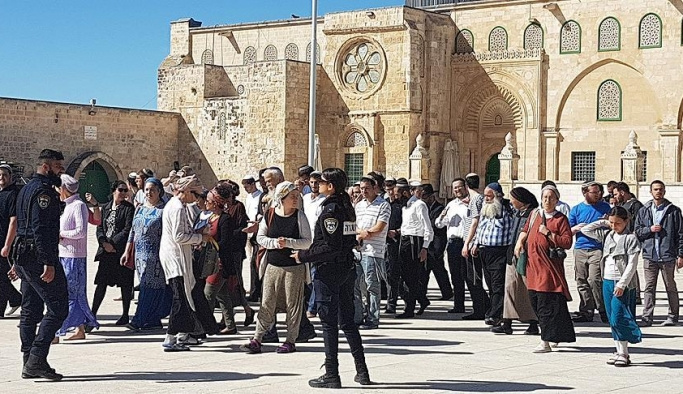 Fanatik Yahudiler zorla Mescid-i Aksa'ya girdi