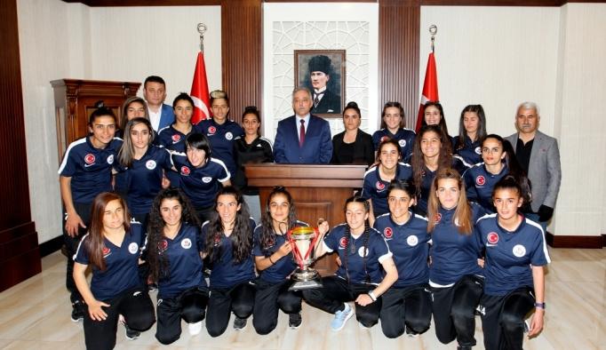 Hakkari'de kadın futbolcuların 1. Lig'e yükselmesi