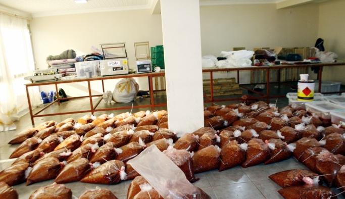 İzmir'de 5,5 ton kaçak nargile tütünü ele geçirildi