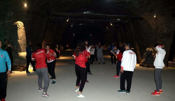 Milliler tuz mağarasında boks yaptı