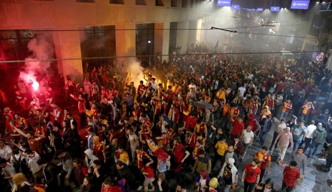 Galatasaraylı taraftarlardan şampiyonluk kutlaması
