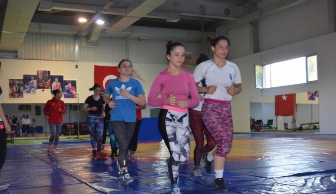 Genç Kadınlar Güreş Milli Takımı, Yalova'da kampa girdi