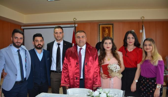 Önce nikah, sonra mezuniyet törenlerine katıldılar