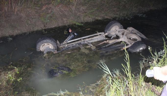 Adana'da kanala devrilen kamyonetin sürücüsü öldü