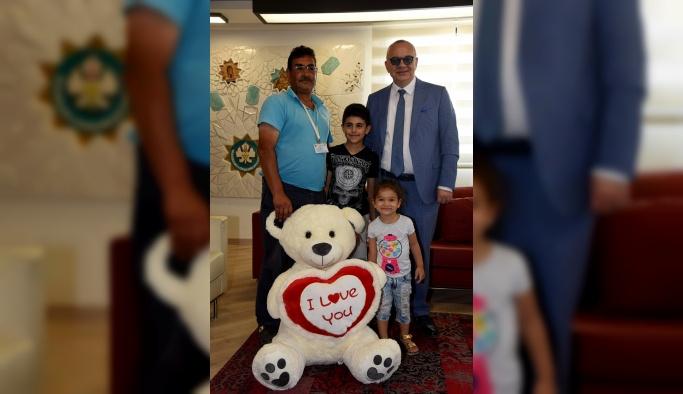 Çöpten aldığı oyuncağı torunlarına götüren işçi belediyede ağırlandı