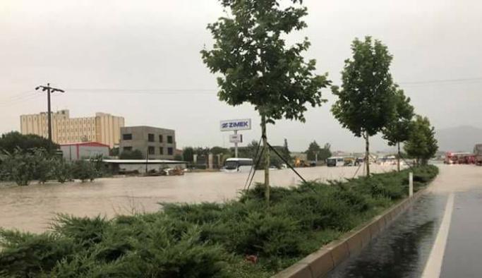 Denizli-Afyonkarahisar karayolu sağanak nedeniyle ulaşıma kapandı