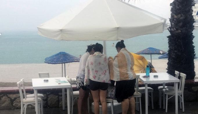 İzmir'de tatilcilere yağmur sürprizi