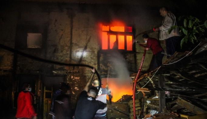 Kütahya'da yıldırım düşen ev yandı