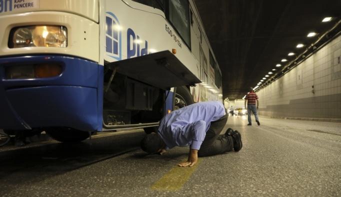 Otobüsün şase kısmına giren kedi kurtarıldı