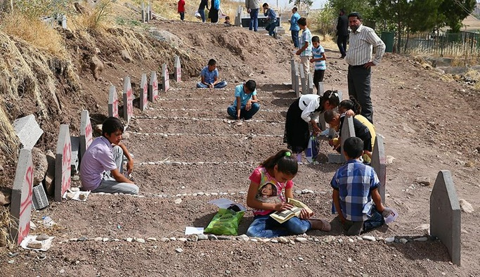 PKK'nın yetim bıraktığı çocuklar babalarının mezarına koştu