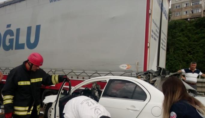 Rize'de otomobil, tıra çarptı: 1 ölü